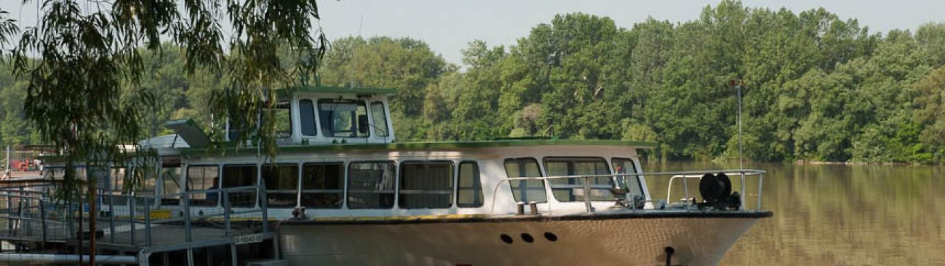 Sétahajó a kikötőben